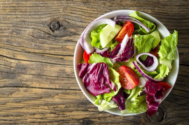 Prebiotic green salad with tomatoe and red onion